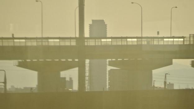 JR中央線の車内から名古屋高速越しに見たザ・シーン城北