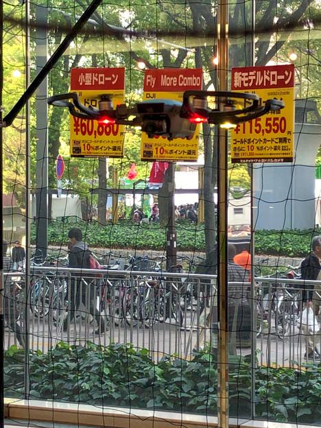 松坂屋名古屋店1階で行われていたドローン操縦の披露 - 1:飛行中のDJI Spark