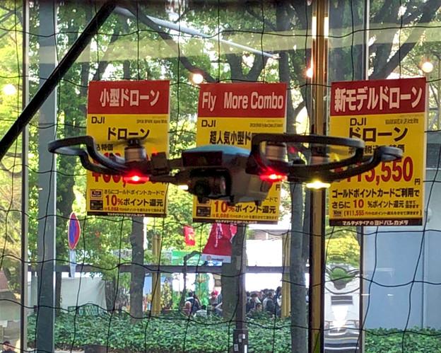 松坂屋名古屋店1階で行われていたドローン操縦の披露 - 2:飛行中のDJI Spark