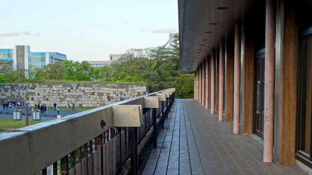 写真: 名古屋城天守閣が見える愛知県体育館2階