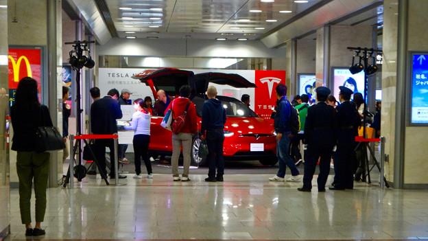 名古屋駅コンコースで展示されてたTesla「Model S」 - 1