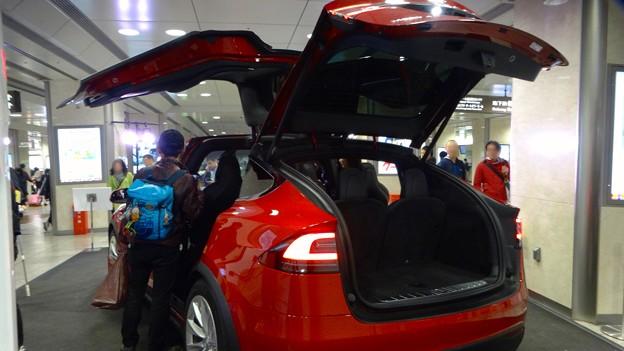 名古屋駅コンコースで展示されてたTesla「Model S」 - 5:後部トランク