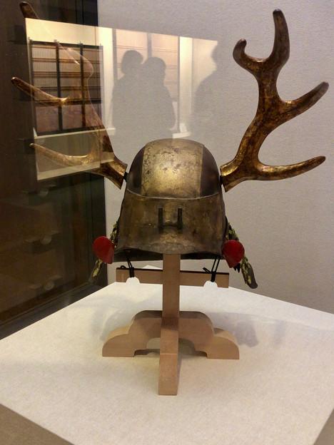 名古屋城の展示物 - 1:鹿の角のような装飾が付いた「金箔貼日根野頭形兜(きんぱくばりひねのずなりかぶと)」