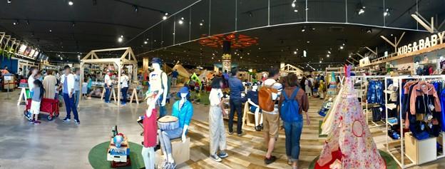写真: アルペンアウトドアーズ春日井店:オープン直後のGWの日曜日と言うことで、人で溢れていた店内 - 1(パノラマ)