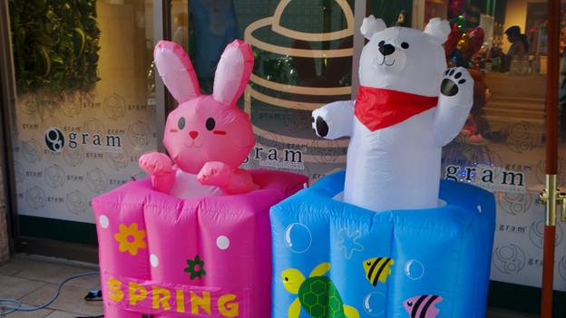 大須赤門ニッパチ祭 2018年4月 No - 10:空気で動くウサギとシロクマの像
