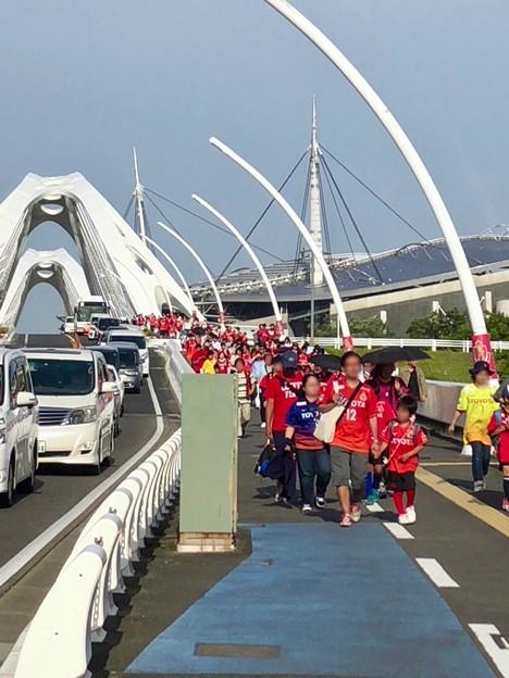 ファン感謝デーで沢山の人がグランパスのユニフォームを来て歩いていた豊田大橋 - 1