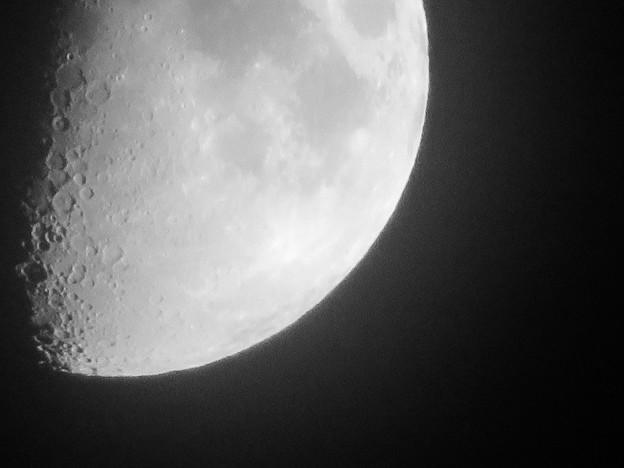 SX730 HSで撮影した半月(修正済み、モノクロ) - 3