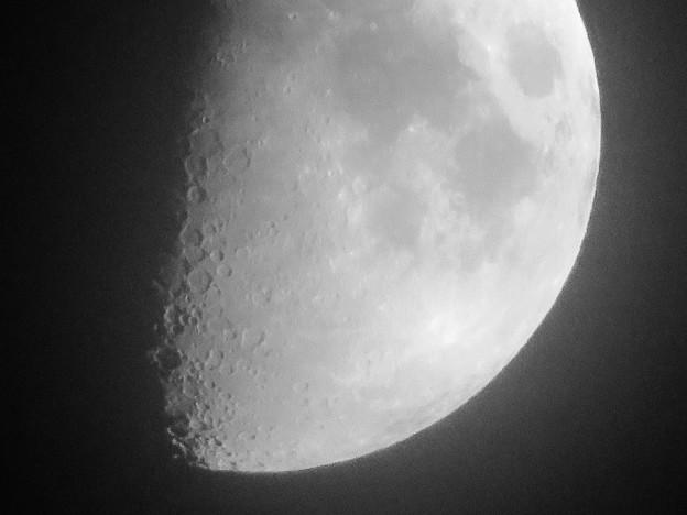 SX730 HSで撮影した半月(修正済み、モノクロ) - 5