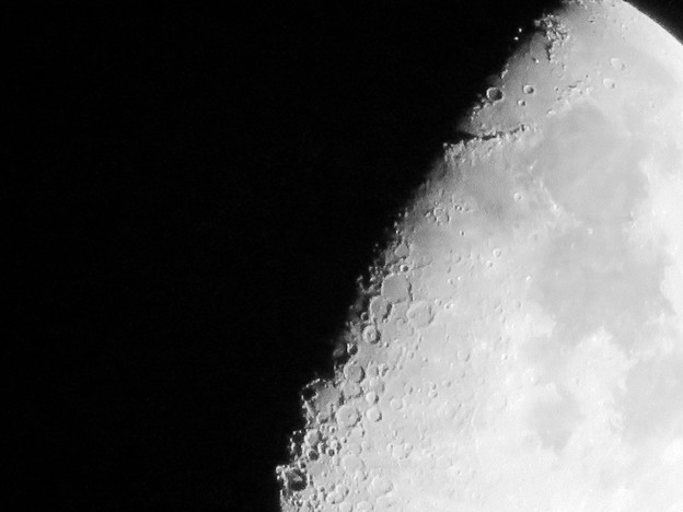 SX730 HSで撮影した半月(修正済み、モノクロ) - 9