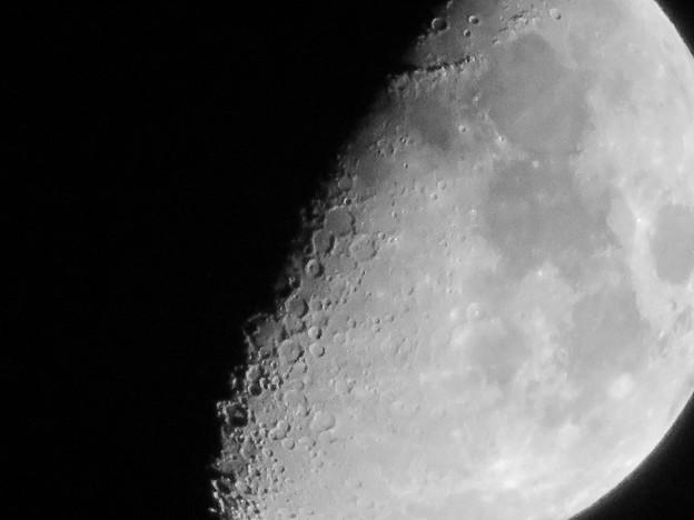 写真: SX730 HSで撮影した半月(修正済み、モノクロ) - 10