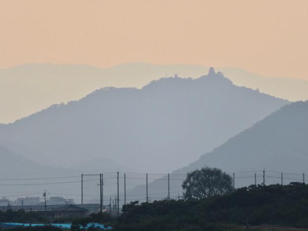 写真: 犬山丸の内緑地から見えた金華山と岐阜城 - 1