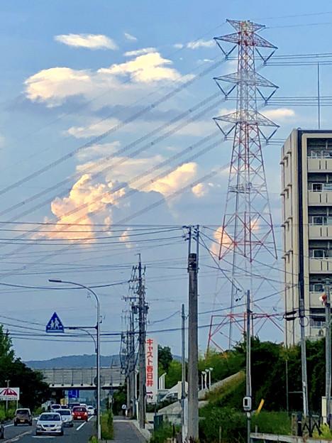 遠くの空に浮かんでいた夏の到来を思わせる雲 - 2