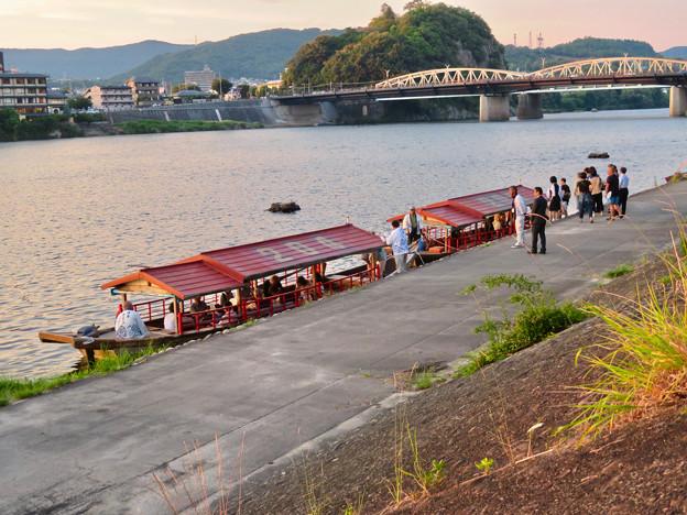 木曽川沿いから見た鵜飼い No - 8