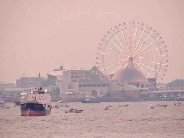 潮見埠頭に架かる橋の上から見たガーデンふ頭と名古屋みなと祭の花火を見る為に集まった沢山の船 - 2