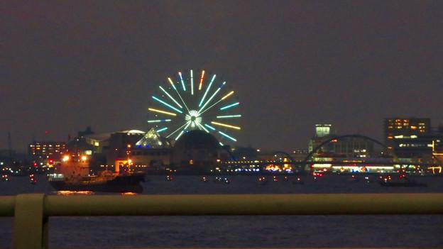潮見埠頭に架かる橋の上から見たガーデンふ頭と名古屋みなと祭の花火を見る為に集まった沢山の船 - 5