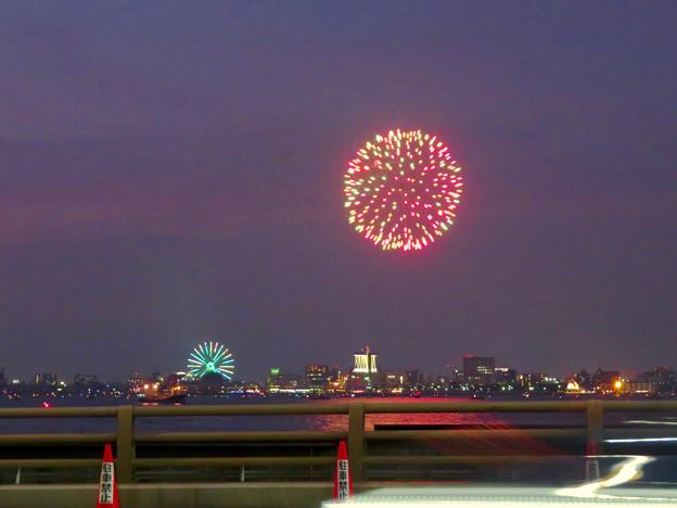 潮見埠頭に架かる橋の上から見た名古屋みなと祭の花火 - 9:花火と手前を通る車のイルミネーション