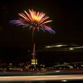 潮見埠頭に架かる橋の上から見た名古屋みなと祭の花火 - 23:花火と手前を通る車のイルミネーション