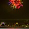 潮見埠頭に架かる橋の上から見た名古屋みなと祭の花火 - 30:花火と手前を通る車のイルミネーション