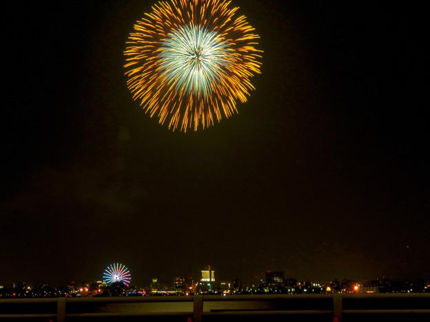 潮見埠頭に架かる橋の上から見た名古屋みなと祭の花火 - 32