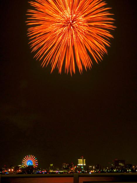 潮見埠頭に架かる橋の上から見た名古屋みなと祭の花火 - 34