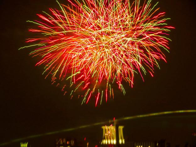 潮見埠頭に架かる橋の上から見た名古屋みなと祭の花火 - 35:花火と手前を通る車のイルミネーション
