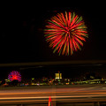 潮見埠頭に架かる橋の上から見た名古屋みなと祭の花火 - 40:花火と手前を通る車のイルミネーション