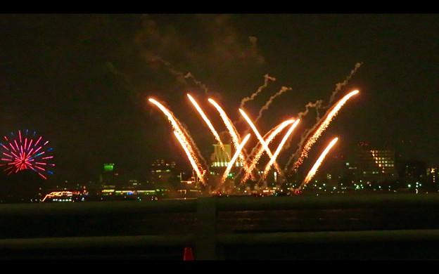 潮見埠頭に架かる橋の上から見た名古屋みなと祭の花火 - 44