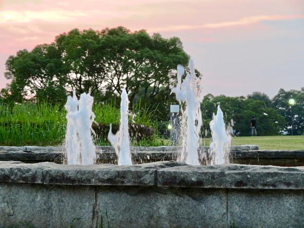 夕焼けをバックにした落合公園の噴水