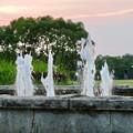 写真: 夕焼けをバックにした落合公園の噴水