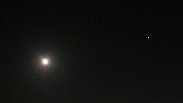 写真: 満月と最接近直前の火星(2018年7月29日)