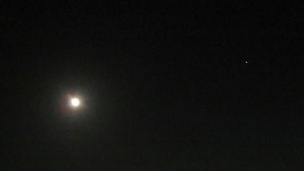 満月と最接近直前の火星(2018年7月29日)