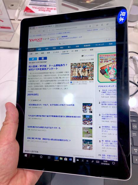 店頭展示が始まったばかりの「Surface Go」 - 8:タブレットモードで縦長持ち