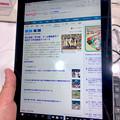 Photos: 店頭展示が始まったばかりの「Surface Go」 - 8:タブレットモードで縦長持ち