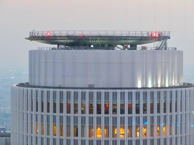 ミッドランドスクエア「スカイプロムナード」から見たセントラルタワーズ頭頂部 - 1