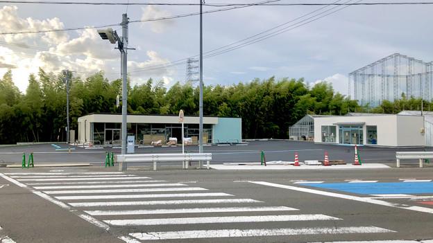 建設中の高根交差点のコンビニとコインランドリー