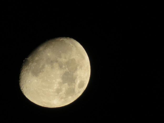 空気が澄んでるからか、くっきり見えた月(2018年8月23日未明) - 2