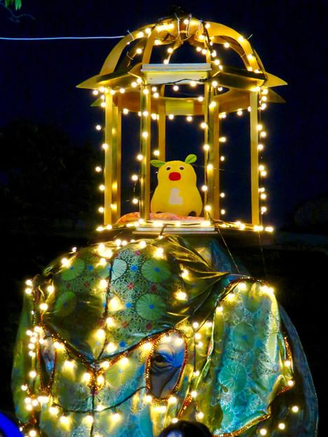 東山動植物園ナイトZoo 2018 No - 57:「ペラヘラ祭」風の装飾がなされてた象の像の上にズーボ