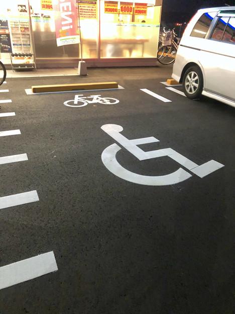 ファミリーマート小牧大草中店がオープン - 7:自転車と障がい者用の駐車スペースが同じ??