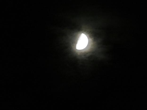 雲の隙間から顔を出した月 - 1
