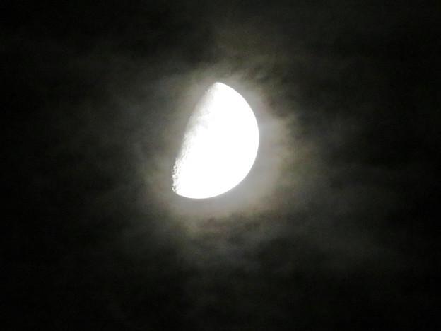 雲の隙間から顔を出した月 - 2