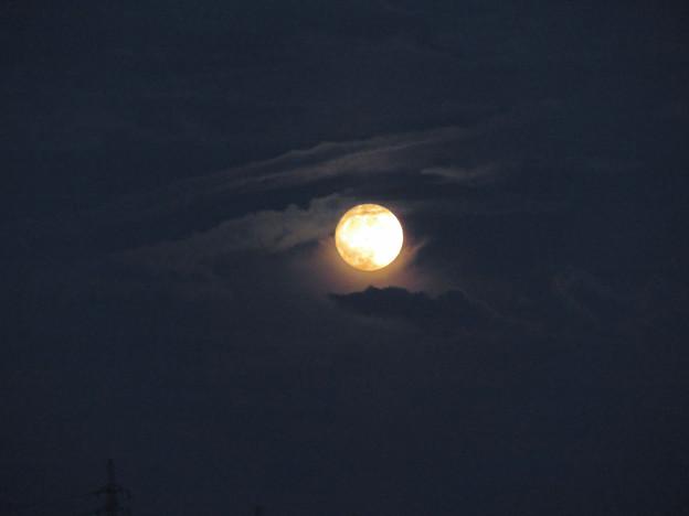 雲の隙間から顔をのぞかせてた中秋の満月(2018年9月24日) - 4