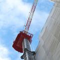 真下から見上げた建設中の高層マンション(?)のクレーン - 3