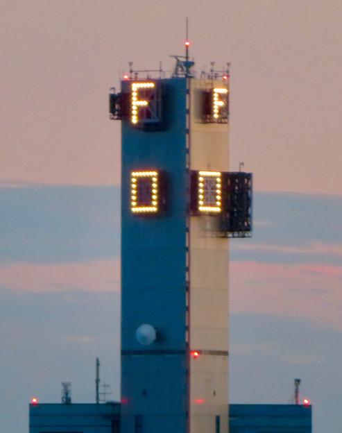金城ふ頭駐車場から見た景色 - 9:風速などを表示する建物?
