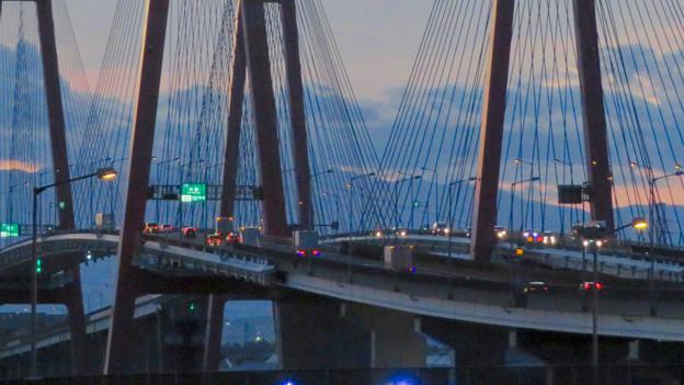 金城ふ頭駐車場から見た景色 - 16:名港西大橋の上を走る車
