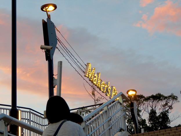 メイカーズ・ピア 2018年9月 No - 6:夕暮れ時の施設入り口のイルミネーション