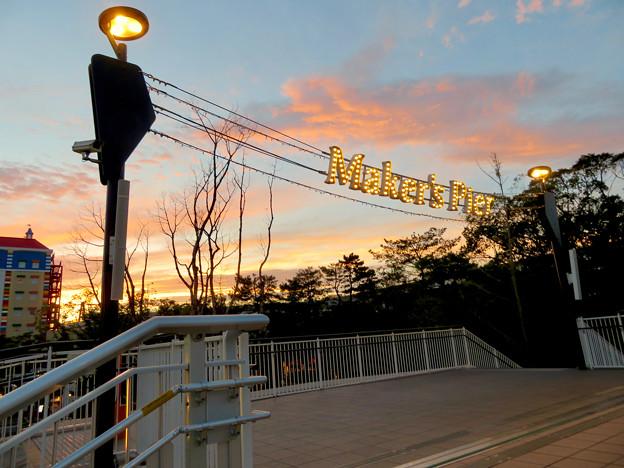 メイカーズ・ピア 2018年9月 No - 7:夕暮れ時の施設入り口のイルミネーション