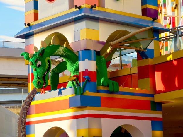 今年(2018年)4月にオープンした「レゴランド・ジャパン・ホテル」 - 14:ホテル入り口にある塔の中にいるドラゴン