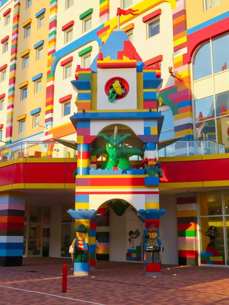 今年(2018年)4月にオープンした「レゴランド・ジャパン・ホテル」 - 16:ホテル入り口にある塔の中にいるドラゴン