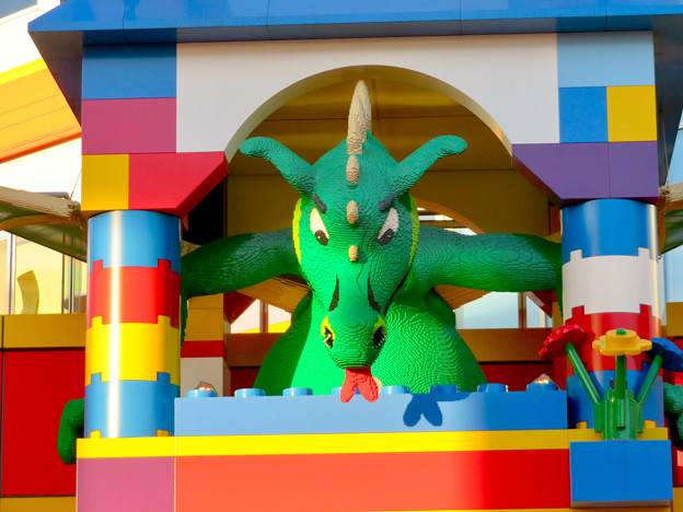 今年(2018年)4月にオープンした「レゴランド・ジャパン・ホテル」 - 18:ホテル入り口にある塔の中にいるドラゴン