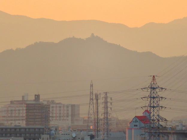写真: 県営岩崎住宅から見た夕暮れ時の岐阜城・金華山 - 2